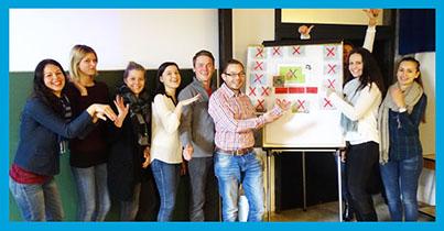 Praxisprojekt SnailEx (Herr Penninger - Mitte) und JKU Studierende.